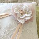Fehér gyűrűpárna pici rózsaszínnel, Gyönyörű csipkés gyűrűpárna, virággal dís...