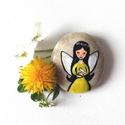 Nárcisz a Tavasztündér , Otthon, lakberendezés, Dekoráció, Mindenmás, Dísz, Festészet, Festett tárgyak, Kézzel festett kavics. Nárcisz a sárga ruhás tavasztündér a madarak örzője. Méret: 5*2cm, Meska