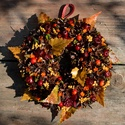 Nyírfaleveles - őszi termés-koszorú - KÉSZTERMÉK, Dekoráció, Otthon, lakberendezés, Ajtódísz, kopogtató, Dísz, Mindenmás, Virágkötés, Tobozkák és színes bogyók, selyem-nyírfalevelekkel tűzdelve.  Egyszerűen vidám :)  Átmérője 22 cm. ..., Meska