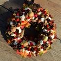 Itt a piros hol a piros :) -  vidám, játékos őszi termés-koszorú - KÉSZTERMÉK, Dekoráció, Otthon, lakberendezés, Ajtódísz, kopogtató, Dísz, Mindenmás, Virágkötés, A színes levelek és termések között piros pöttyös gombácskák, csipkebogyók, almák és piros, gombfej..., Meska