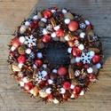 Piros-fehér hópelyhes kopogtató - karácsonyi termés-koszorú, Dekoráció, Otthon, lakberendezés, Ünnepi dekoráció, Ajtódísz, kopogtató, Mindenmás, Virágkötés, Ez a koszorú ajándékba készült, de nagyon szívesen dolgozom rajta újra. Piros karácsonyi gömbökkel,..., Meska