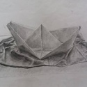 Papírhajó, Képzőművészet, Grafika, Rajz, Illusztráció, Fotó, grafika, rajz, illusztráció, Ezen a rajzon egy papírhajó látható egy gyűrött drapérián. A rajz A3-as méretű és ceruzával készült., Meska