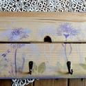 Lila virágmintás kulcstartó, Otthon & Lakás, Kulcstartó szekrény, Bútor, Festett tárgyak, Újrahasznosított alapanyagból készült termékek, Két, a hátoldalon összeerősített falapból álló, környezetbarát lakkal kezelt, lila színárnyalatú vi..., Meska