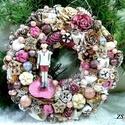 Mályva Pinokkió ajtódísz 25cm-es, Otthon, lakberendezés, Karácsonyi, adventi apróságok, Ajtódísz, kopogtató, Mindenmás, Virágkötés, Karácsonyi 25 cm-es ajtódíszemet aprólékosan sok fajta termésből, tobozból, száraz virágból, üveg g..., Meska