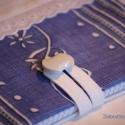 Kék indás madeirás füzetborító (02), Naptár, képeslap, album, Jegyzetfüzet, napló, Remek ajándék lehet ez a A/5-ös méretű, 80 lapos spirálfüzetre készült textilborító, melybe tetszés ..., Meska