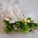 hófehér habrózsa hajdísz, Esküvő, Esküvői csokor, Hajdísz, ruhadísz, Esküvői ékszer, Hófehér habrózsa,rezgő és némi zöld díszíti a kompozíciót. Hajfésű., Meska