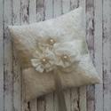 Gyűrűpárna - fehér álom, Esküvő, Gyűrűpárna, Szépséges gyűrűpárna a klasszikus vonal szerelmeseinek. Habos-babos virágok, hófehér szatén és csipk..., Meska
