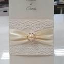 Esküvőre, alkalomra, köszönetajándék doboz, ültetőkártyával, Esküvő, Esküvői dekoráció, Meghívó, ültetőkártya, köszönőajándék, Papírművészet, Egyedi csipkés meghívó. Krém színű ,papírból, mely aranyban irizál. A meghívót egy színben ugyanoly..., Meska
