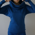 táskapulcsi, kék, Táskává alakítható kámzsanyakú pulcsi.   Pu...