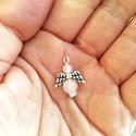 Ásvány angyal medál, rózsakvarc, Angyal medál rózsakvarcból.  Icipici, 2 cm. A s...