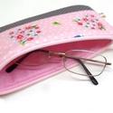 Madárkás cipzáros szemüvegtok/ tolltartó, Táska, Neszesszer, Pénztárca, tok, tárca, Szemüvegtartó, Varrás, Patchwork, foltvarrás, Rózsaszín madárkás designer pamut anyagból varrtam ezt a kis neszesszert. Szemüvegnek, tollaknak, a..., Meska