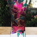 Üvegfestett liliom váza, Otthon & lakás, Dekoráció, Lakberendezés, Asztaldísz, Üvegművészet, Festészet, Üvegfestett váza, mely speciális kontúrozó festékkel és speciálisan üvegfestésre kifejlesztett külö..., Meska