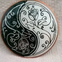 Yin és Yang üvegfestett motívum, rózsával, Dekoráció, Otthon, lakberendezés, Dísz, Festett tárgyak, A Yin és Yang szimbólum eredete Kína régmúltjába vezethető vissza. Ez a jelkép a kínai világszemlél..., Meska