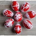 Horgolt motívumokkal díszített húsvéti tojások, Dekoráció, Otthon, lakberendezés, Húsvéti díszek, Ünnepi dekoráció, Piros festékkel mázolt, apró, fehér, horgolt motívumokkal díszített egyedi műanyag húsvéti..., Meska