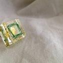 Aranycsillámos gyűrű, Ékszer, Gyűrű, 1 cm magas, 2x2cm es gyanta forma aranycsillámmal és egy kis zöld négyzettel a közepén. A gyű..., Meska