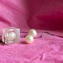 Fehérség, Ékszer, Esküvő, Nyaklánc, Esküvői ékszer, Ékszerkészítés, 1,5x1,5 cm-es kockába zárt fehér gyöngy egy kis fehér csillámporral megszórva. A medál egy 40 cm ho..., Meska