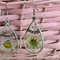2x100xszép, Ékszer, Fülbevaló, Ezüst színű féme keretbe foglalt gyanta préselt százszorszép virágokkal benne apró ezüst s..., Meska