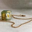 Virág a réten, Ékszer, Nyaklánc, Ékszerkészítés, 1,5x1,5 cm-es kocka, melyben egy préselt százszorszépet, egy kis arany csillámport és zöld gömböcsk..., Meska