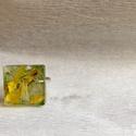 Színes szirmok , Ékszer, Gyűrű, Ékszerkészítés, 1,5x1,5 cm-es négyzet alapú gyűrű, melynek alapja egy zöld csillámporos réteg, amelyre többféle vir..., Meska