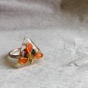 Drótvirág háromszögben , Ékszer, Gyűrű, Egy háromszög alapú gyűrű (oldalai kb 1 cm hosszúak) egy fém szálból készült kis virágot..., Meska