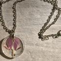 Fukszia nyaklánc, Ékszer, Nyaklánc, Kb 2,5 cm átmérőjű medál egy ezüst színű nyakláncra felfűzve, melynek hossza kb 40 cm. A m..., Meska