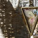 Virágos háromszög nyaklánc, Ékszer, Nyaklánc, Antik hatású bronz fogatú háromszög alakú medál, melyben virágszirmok és egy apró nefelejc..., Meska