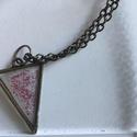 Rózsaszín csillámporos háromszög, Ékszer, Nyaklánc, Antik hatású bronz fogatú háromszög alakú medál, melybe rózsaszín csillámport szórtam. A ..., Meska