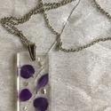 Lila szirmok, Ékszer, Nyaklánc, Ékszerkészítés, Téglalap alakú medál lila szirmokkal és ezüstpehellyel. Méretei: 2x3 cm. Az ezüst színű  nikkelment..., Meska