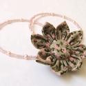 Virágom, Ékszer, Nyaklánc, Rózsa-zöld Kanzashi virág ennek a rövid nyakláncnak a közepe, dísze. Köré cseh kásagyöngyöket és 4mm..., Meska