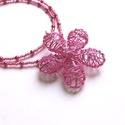 Pink virág, Ékszer, Nyaklánc, Nagy pink drótvirág (4,5 cm) a dísze ennek a nyakláncnak. Köré apró kásagyöngyök (japán) és pici tek..., Meska