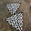 Zsuwel Beige-Black háromszög fülbevaló, Ékszer, Fülbevaló, Gyöngyfűzés, Ékszerkészítés, Háromszög alakú fülbevaló halvány bézs és barnás árnyalatú fekete színben.  A fülbevaló japán delic..., Meska