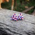Zsuwel Piros-kék pöttyös háromszög fülbevaló , Ékszer, Fülbevaló, Gyöngyfűzés, Ékszerkészítés, Háromszögletű,kék, piros és fehér színben készült fülbevaló.  A fülbevaló fényes, japán delica gyön..., Meska