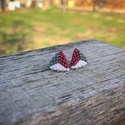 Zsuwel Szürke-bordó-fehér háromszög fülbevaló , Ékszer, Fülbevaló, Gyöngyfűzés, Ékszerkészítés, Háromszögletű, szürke-bordó-fehér színbekben készült fülbevaló.  A fülbevaló japán delica gyöngyből..., Meska