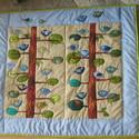 Madárkás falikép/ falvédő, Baba-mama-gyerek, Gyerekszoba, Baba falikép, Falvédő, takaró,  Bájos applikált madárkák üldögélnek faágakon, ezúttal zöld-kék kombinációban. Derűs, dekoratív gyer..., Meska
