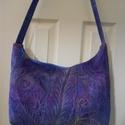 Lila táskakülönlegesség/válltáska tűzéssel, Ruha, divat, cipő, Táska, Válltáska, oldaltáska,  Magam festettem a táskához az anyagot ami inkább lila, egy kis kék és okker beütéssel. Az anyagot  ..., Meska