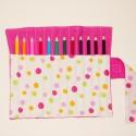 Tarka pöttyös ceruzatekercs ceruzával, Baba-mama-gyerek, Játék, Gyerekszoba, Készségfejlesztő játék, Varrás, Kívül pink vagy sötétrózsaszín, belül színes pöttyös ceruzatartó.  Kinyitva kb. 25×20 cm. Közbéléss..., Meska