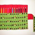 Sünik - ceruzatekercs ceruzával, Baba-mama-gyerek, Játék, Gyerekszoba, Készségfejlesztő játék, Varrás, Kívül fehér tűpettyes piros, belül élénkzöld alapon bájos barna sünikkel és gombával díszített anya..., Meska