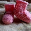 Csavaros-gombos kötött baba csizma, Ruha, divat, cipő, Baba-mama-gyerek, Gyerekruha, Baba (0-1év), Rózsaszín, csavart mintás, gombbal díszített baba csizma. Hossza 9-10 cm, felvéve. Anyaga vastag, ke..., Meska