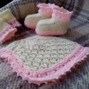 Fehér-rózsaszín baba szett, Baba-mama-gyerek, Ruha, divat, cipő, Gyerekruha, Baba (0-1év), Fehér (ekrü) színű, áttört rózsaszín szegéllyel és pikével díszített szett 1-2 éves babáknak. Anyaga..., Meska