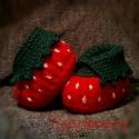 Egyedi epres baba cipő, Ruha, divat, cipő, Baba-mama-gyerek, Gyerekruha, Baba (0-1év), Élénk piros színű, eper formájú baba cipő, halvány rózsaszín pöttyökkel, zöld levéllel a felső részé..., Meska