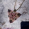 """""""Barokk"""" gyöngy medál (rózsaszín alappal), Ékszer, Medál, Nyaklánc, Minőségi japán (Toho) üveggyöngyökből készült ez a romantikus, barokkos 4.5 cm oldalú háromszög alak..., Meska"""