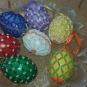 Gyöngyös tojások, Dekoráció, Otthon, lakberendezés, Ünnepi dekoráció, Húsvéti apróságok, Gyöngyfűzés, Gyönggyel diszített színes műanyag  tojások .Mérete 6.5 cm.Szatén szalagot is ragasztottam rá, hogy..., Meska