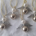 Karácsonyi gyöngy angyalkák, Műanyag gyöngyökből szereltem össze az angyal...