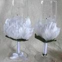 Esküvői pezsgős pohár rózsaszirom díszítéssel, Esküvő, Esküvői dekoráció, Nászajándék, Mindenmás, Egyedi kézzel készített pohár pár légies, elegáns fehér rózsaszirom díszítéssel. A vőlegény pohara ..., Meska