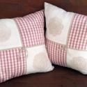 Rózsaszín-fehér kockás, csipkével díszítette párna kollekció, Rózsaszín-fehér kockás és fehér pamutvászon...