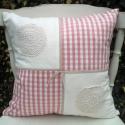 Rózsaszín-fehér kockás, csipkével díszített párna, Rózsaszín-fehér kockás és fehér pamutvászon...