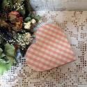 Vintage stílusú ékszeres doboz, Otthon, lakberendezés, Fehér, antikolt, szív alakú, fa ékszeres doboz. A tetejére fehér-rózsaszín kockás anyagot ragasztott..., Meska