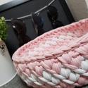 Horgolt kosár, Otthon & lakás, Lakberendezés, Tárolóeszköz, Kosár, Horgolt bármitartó kosár  Fehér-rózsaszín színben.  Átmérője: 21 cm  Magassága: 8 cm, Meska